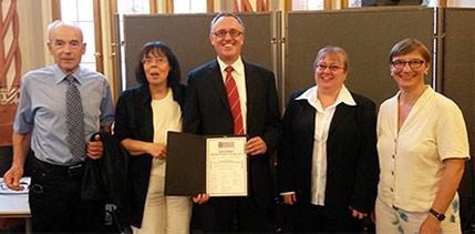 Es freuen sich über die Verleihung (v. l.nr.): den IN VIA-Schulpate Hartmut Scheffler, IN VIA-Mitarbeitende Christine Schwendemann, Preisträger Dr. Achim Hornecker und seine Frau Birgit Hornecker sowie Barbara Denz, Vorstandsvorsitzende von IN VIA in der Erzdiözese Freiburg e.V..