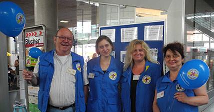 Das Foto zeigt v.l.n.r. den ehrenamtlichen Mitarbeiter der Bahnhofsmission Hans-Peter Albrecht, die Studentin der KH Freiburg, Sabrina Kumberg, die Leiterin der Kath. Bahnhofsmission Franziska Zähringer sowie Margarethe Seidler, Studentin der KH Freiburg.