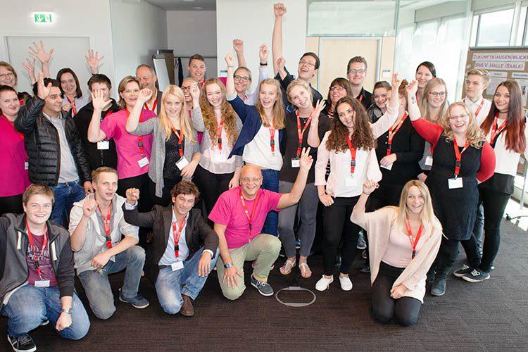 Jugendliche bei der Velo Schenkendorf Preisverleihung: Mehrere junge Menschen machen eine Erfolgsgeste