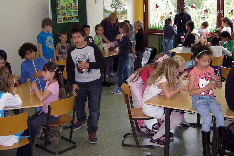 Grundschulklasse mit Kindern verschiedener Nationalitäten