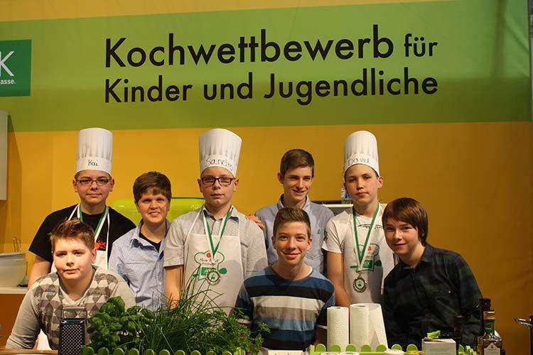 männliche Jugendliche bei einem Kochwettbewerb