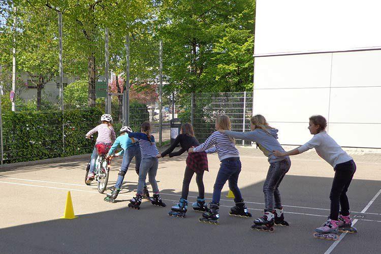 mehrere Jugendliche auf Inline-Skates