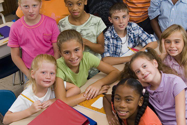 Gruppe von Schülerinnen und Schülern im Klassenraum