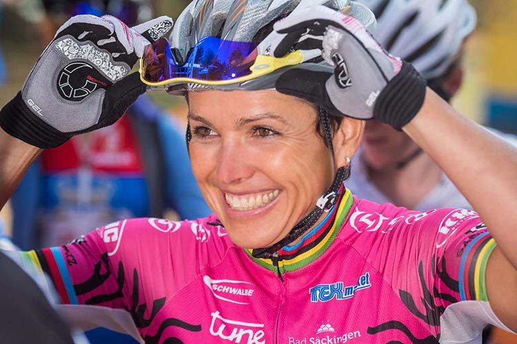 Sabine Spitz mit Fahrradhelm
