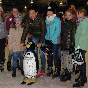 Mehrere Mädchen beim Aktionstag mit Sabine Spitz im Freiburger Eisstadion