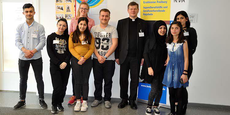 Schüler*innen der Edith-Stein-Schule in Freiburg beim Austausch mit Erzbischof Stefan Burger anlässlich des Josefstages 2017