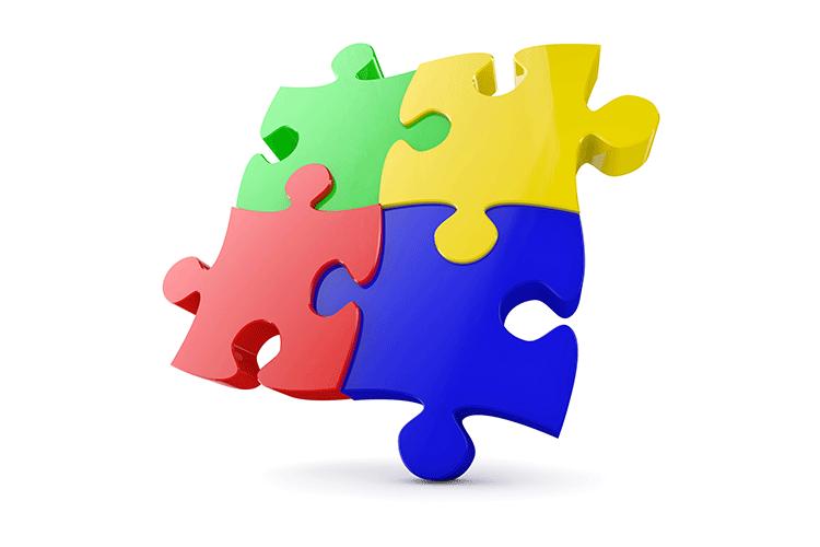 Puzzle aus vier bunten Teilen vor einem weißen Hintergrund